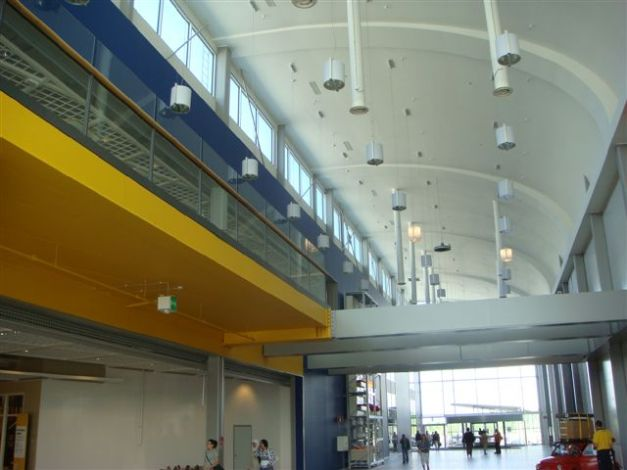 Atrium i Shopping centern och entré till Ikea